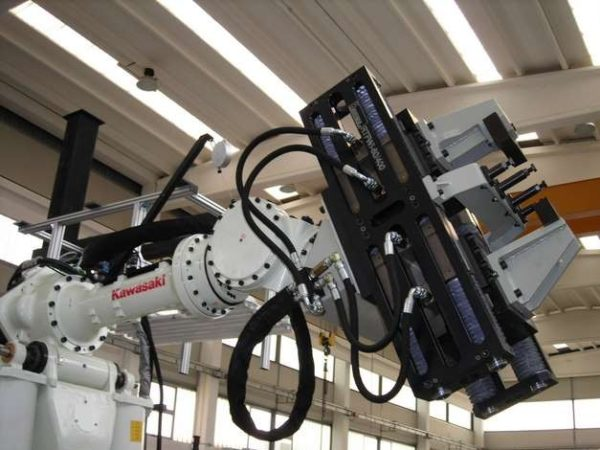 Robotools Srl. robotic devices. Pinza RTWFI-80/400 corsa 200+200mm, forza di chiusura 5.000 Kg.
